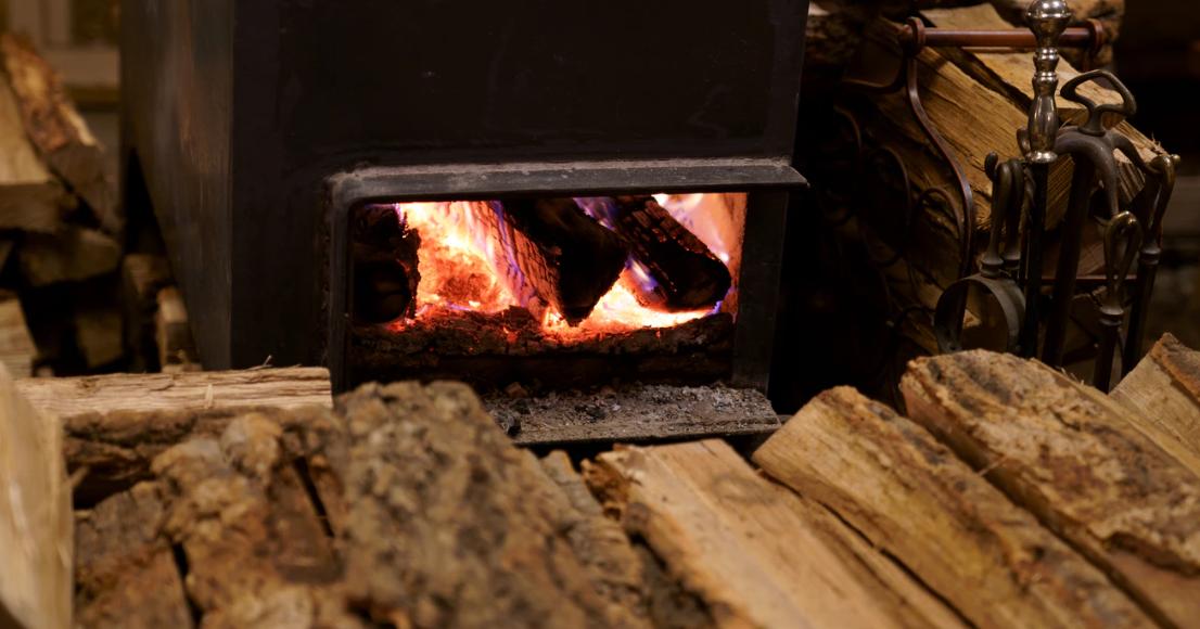 Das Holz liegt bereit, um in den Kamin gelegt zu werden