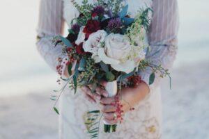 Frau hält einen Blumenstrauß in den Händen